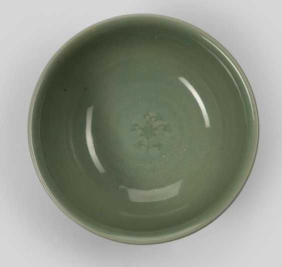 Celadon-'Longquan'bowl with Lotus decor - photo 1