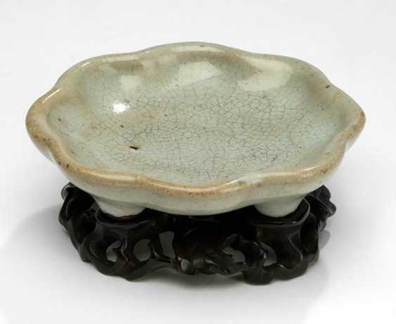 Eight passiges bowl with octopus enamelled glaze and on the ground with a lizard in Relief - photo 1
