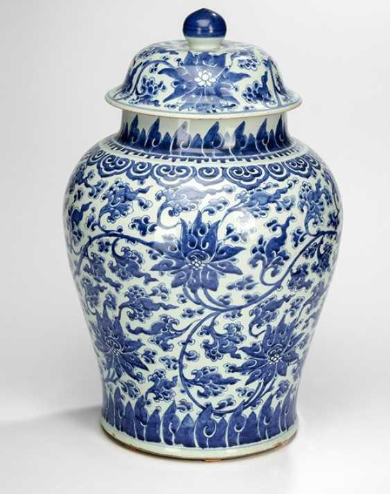Large lidded vase with underglaze blue Lotus decor - photo 1