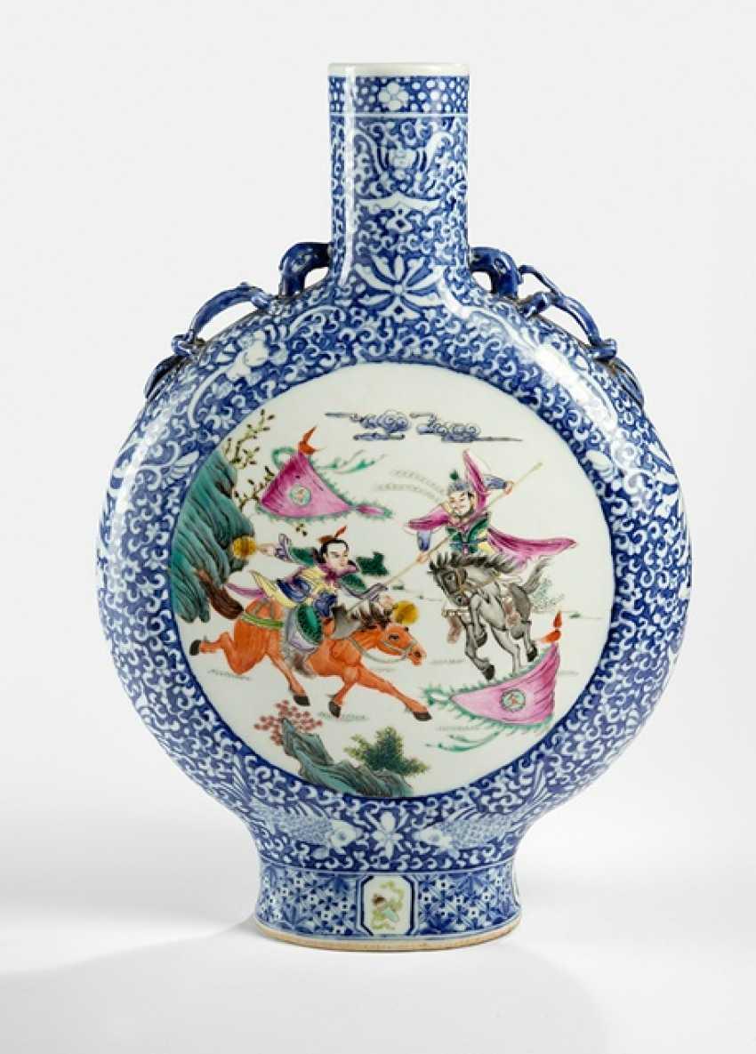 Pilgrim bottle of porcelain, with polychrome Figure - photo 1