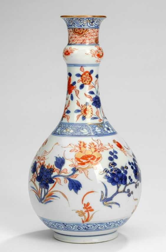 Small bottle vase decorated in the Imari style - photo 1