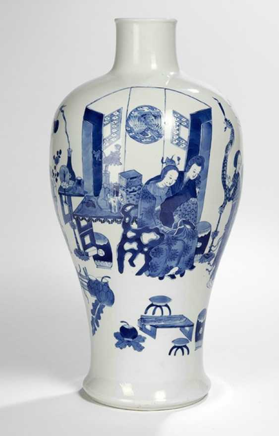 'Meiping'-shaped Vase with underglaze blue decoration of ladies - photo 1