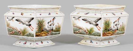 Pair of Cachepots with relief decoration - photo 1