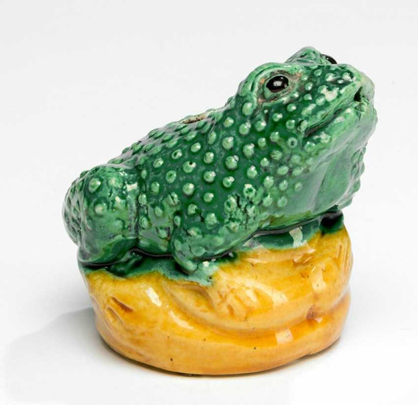 Tuschwasser droppers made of Biscuit porcelain in the Form of a toad, a yellow-green glazed - photo 1
