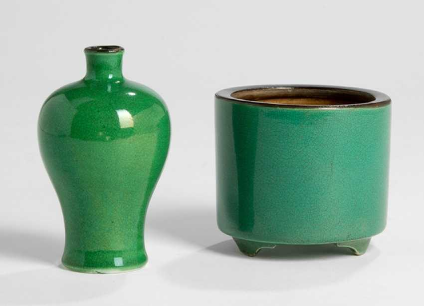 Monochrome green glazed Meiping, and a brush washer porcelain, with brown edge - photo 1