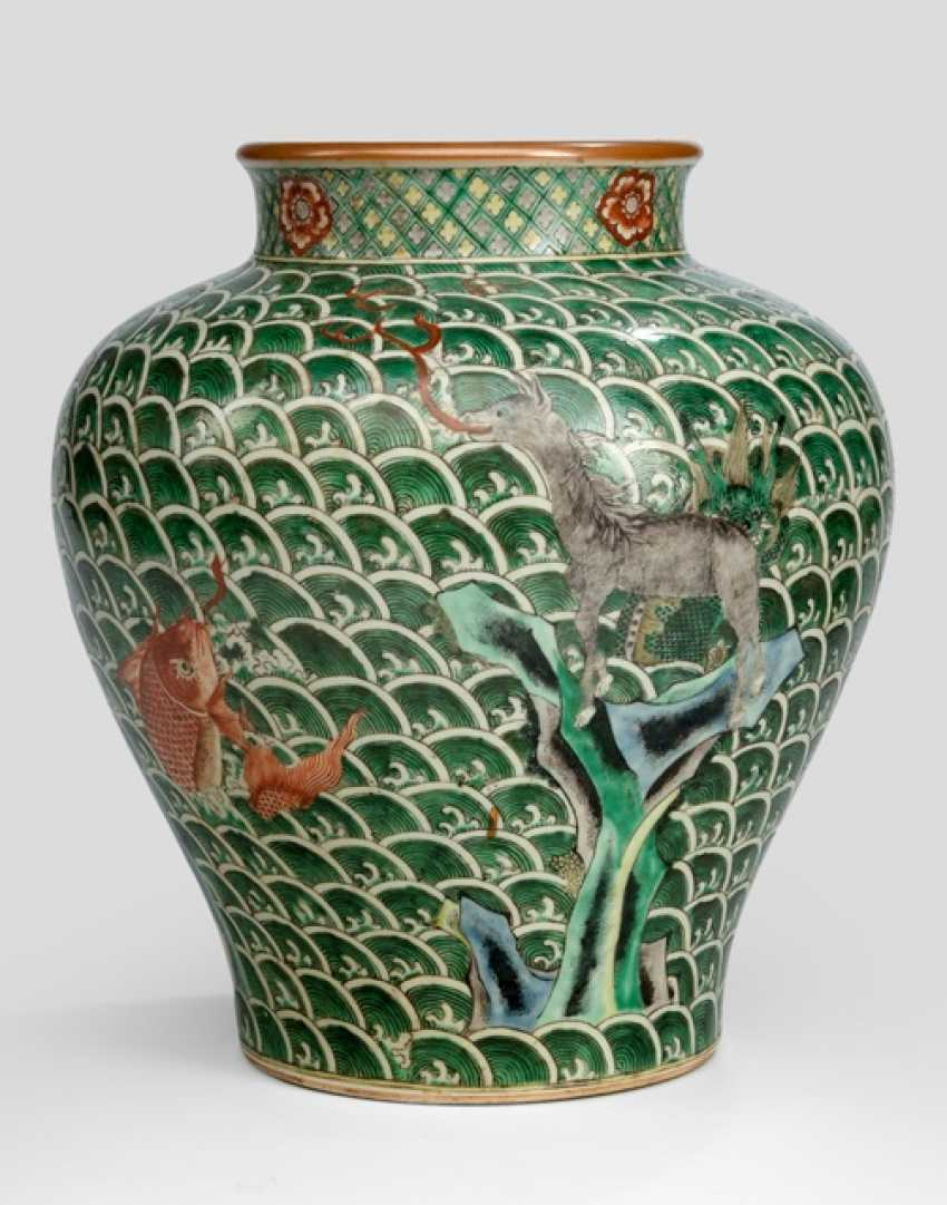 'Famille verte'-lid vase in the Transitional style with mythical creatures and waves - photo 2