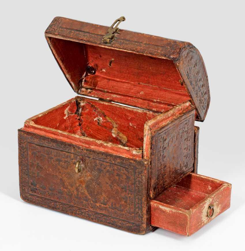 Lot 2493 Petit Cercueil Avec Compartiment Secret Du Catalogue