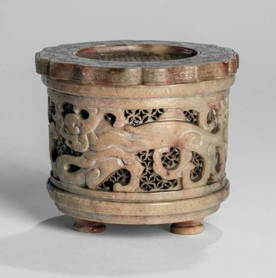 Lid box made of soapstone with dragon decoration - photo 1