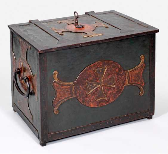 Large Baroque iron chest - photo 1