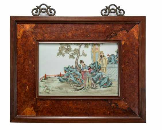 Porcelain plaque with polychrome painting literary scene - photo 1
