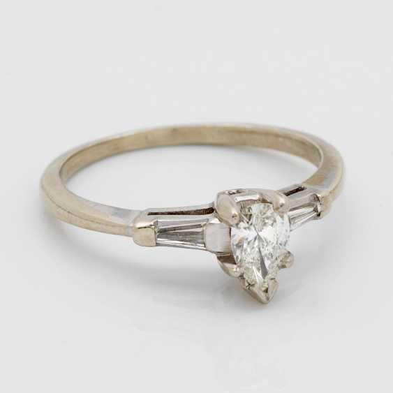 A Fine Diamond Solitaire Ring - photo 1
