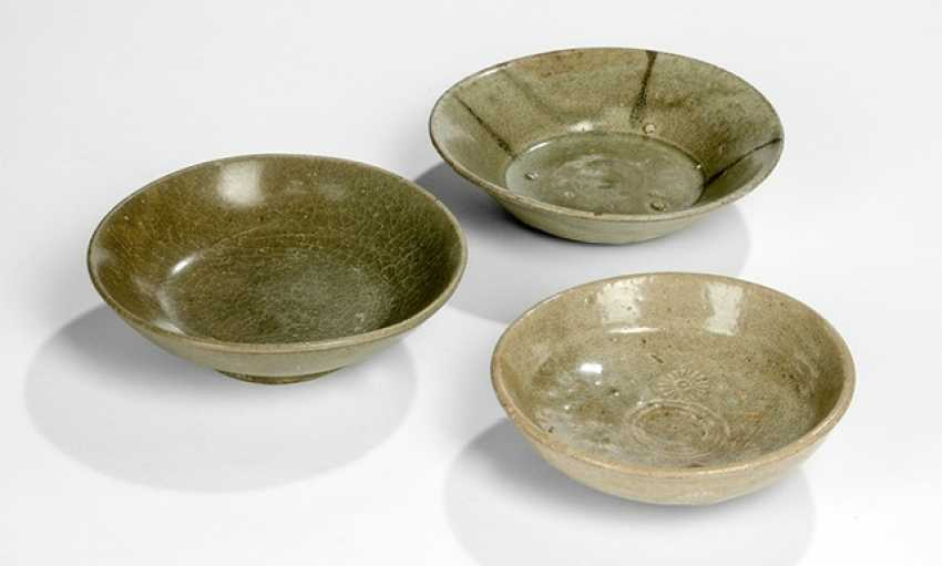 Three small bowls with celadon-colored glaze, and some with a 'sangam'- deposits - photo 1