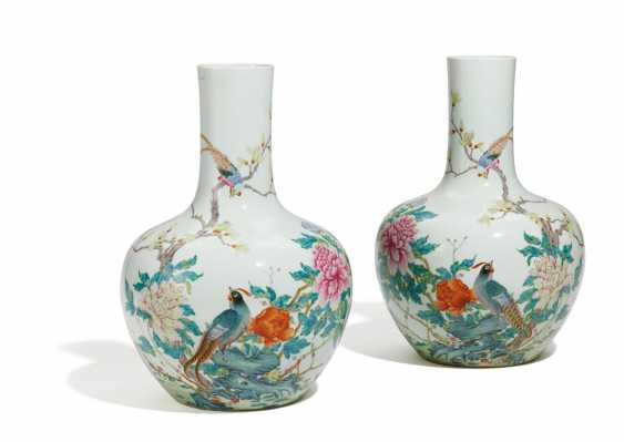 Pair of large vases with Paradise Flycatcher - photo 1