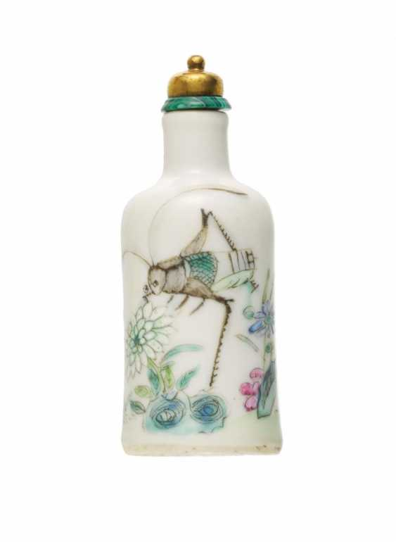 Snuffbottle with grasshopper and chrysanthemums - photo 1