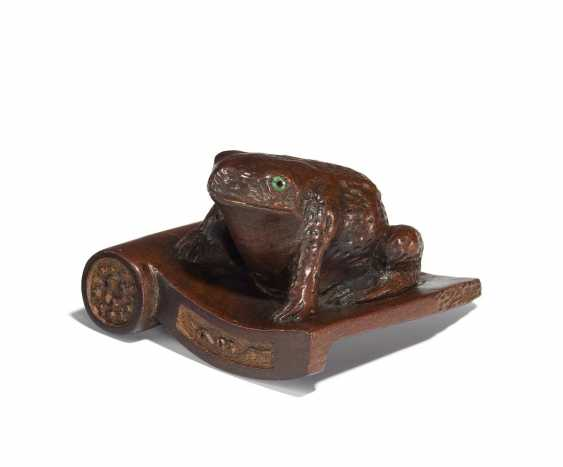 Netsuke: a Large toad on a roof tile sitting - photo 1