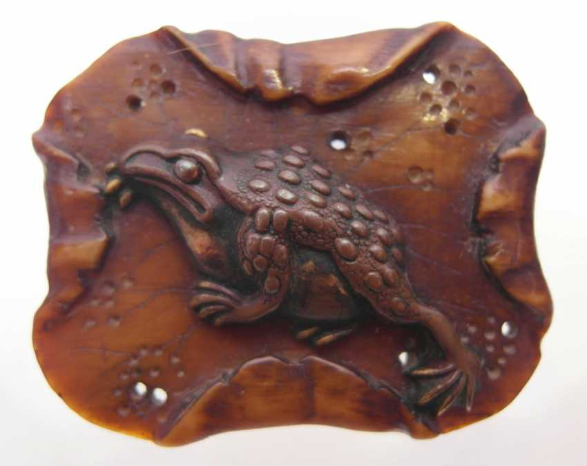 Netsuke: a Large toad on a roof tile sitting - photo 2