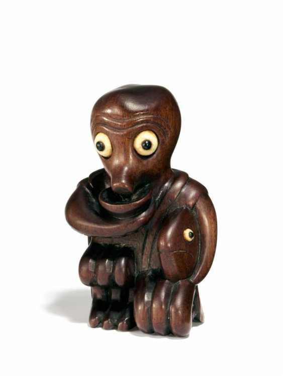 Netsuke: a Large octopus with fish - photo 1