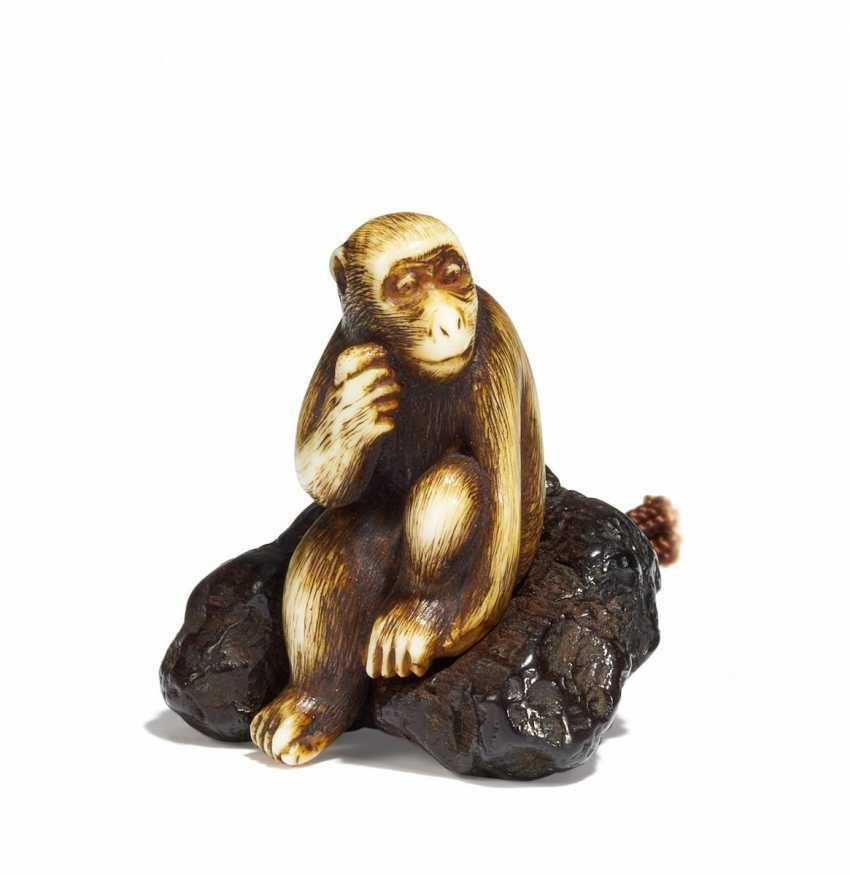 Netsuke: Monkey on a rock - photo 1