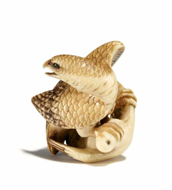 Netsuke: Falcon with prey - photo 1
