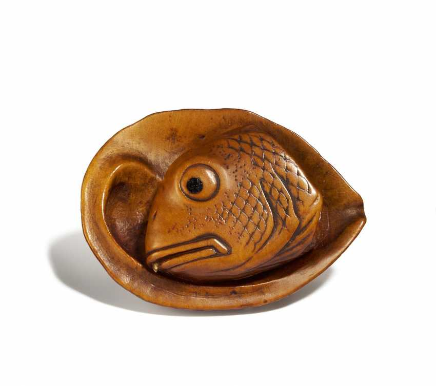 Netsuke: Awabi shell with fish head - photo 1