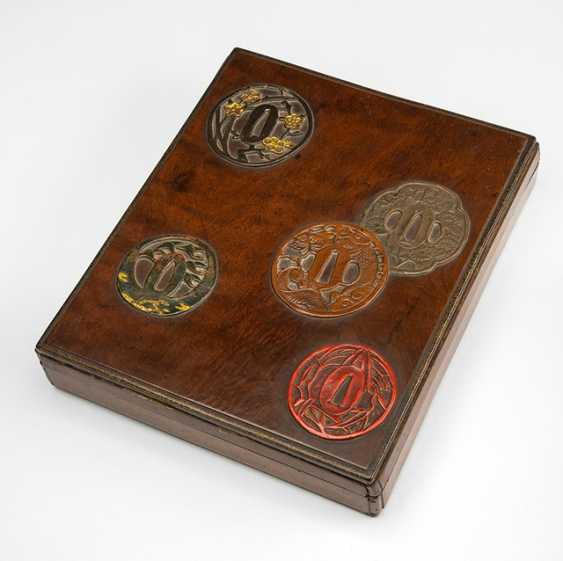 Lid box made of wood with decor of Tsuba part of iron and lacquer - photo 1