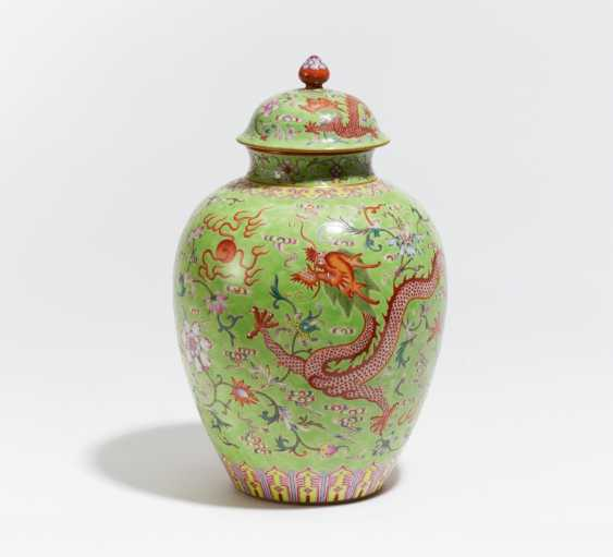 Lidded vase with dragon and Phoenix - photo 1