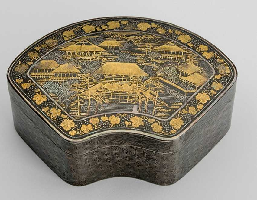 Fan-shaped lidded box made of patinated iron with a view of a temple complex - photo 1