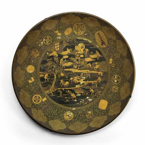 Plate metal m. figurative scene & coins in gold lacquer on a black lacquer base - photo 1