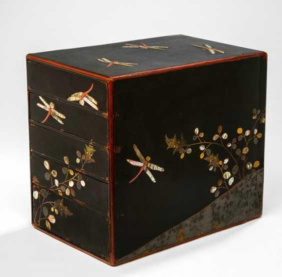 Lackkabinett mit fünf Schüben, Dekor von Libellen auf Schwarzlackfond - Foto 1
