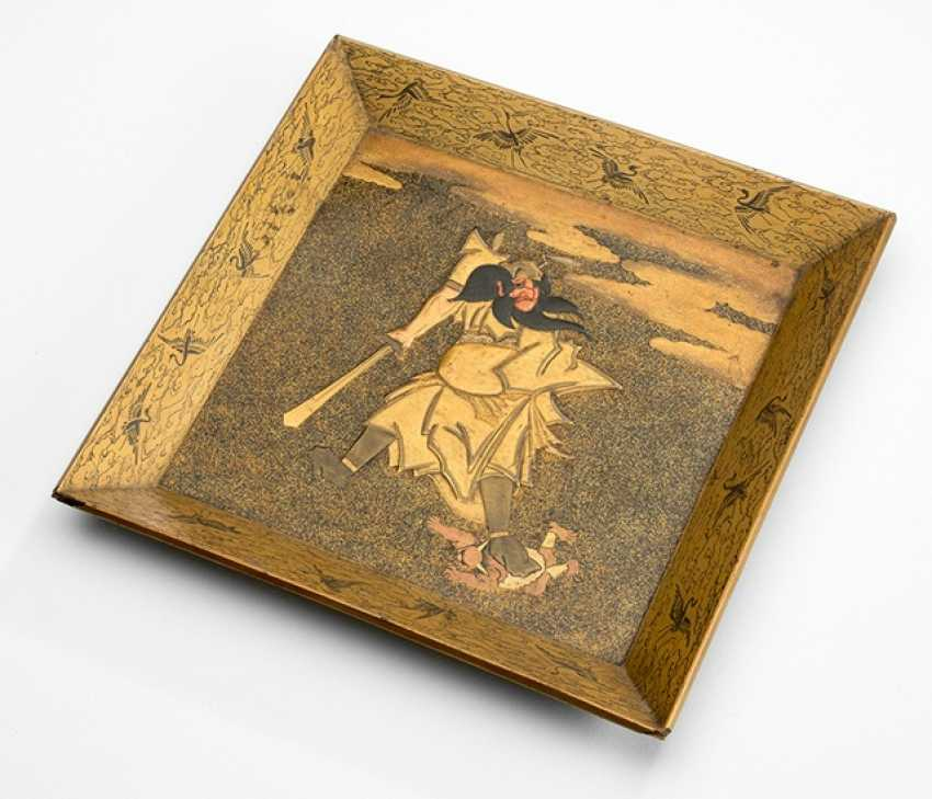 Small lacquer tray with a representation of the Shôki with a Oni - photo 1