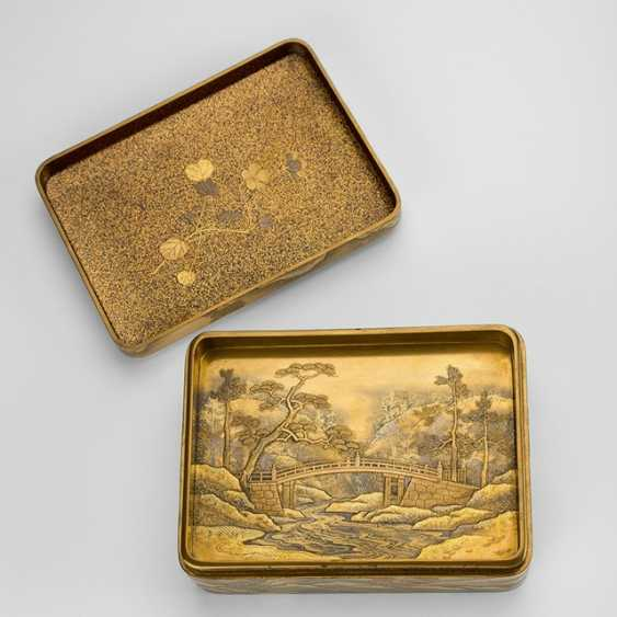 Lidded box with tray insert made of wood with fine gold lacquer decoration of a temple - photo 2