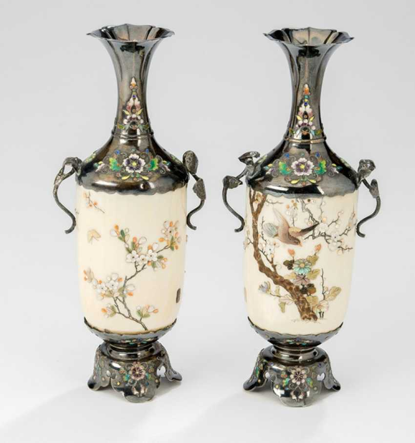 Pair of small vases made of ivory, decorated in the Shibayama style silver gear - photo 1