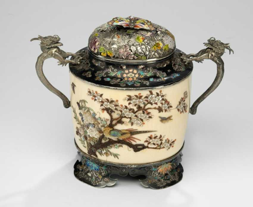 Lid box made of ivory Shibayama-style with silver cap & multicoloured enamel details - photo 1