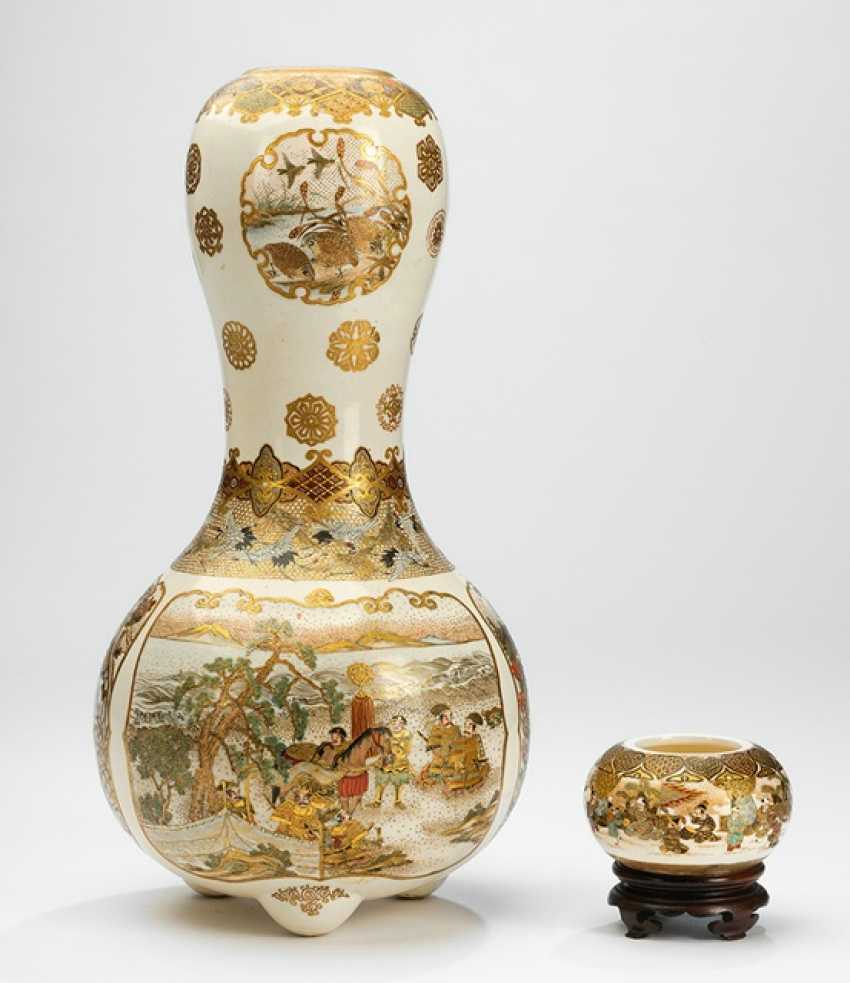 Gourds shaped Satsuma Vase and small our vase vial with figurative Staffage - photo 1