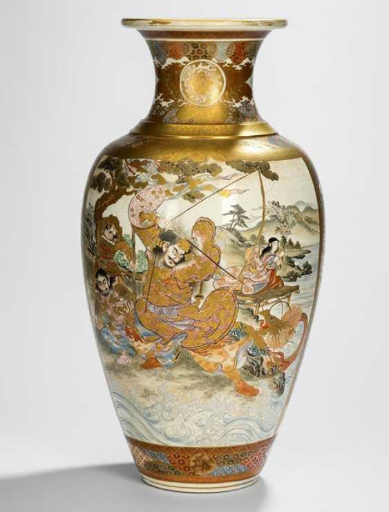 Satsuma-Bodenvase mit figuraler Staffage u.a. Samurai, Rakan und buddhistische Emanationen - photo 1