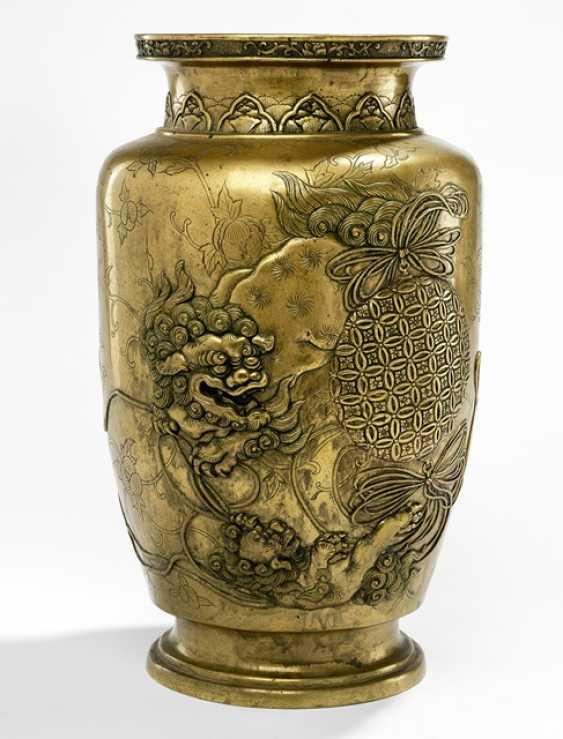 Ваза из латуни цвета бронзы с декором из двух играющих Sishi - фото 1