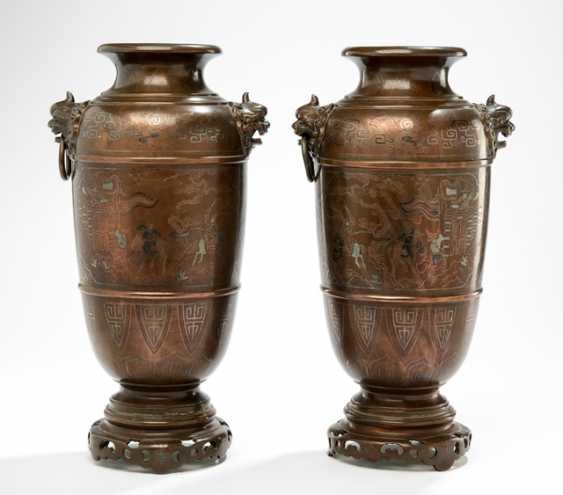 Pair of vases in Bronze with figural scenes and handle in the shape of Oni heads - photo 1