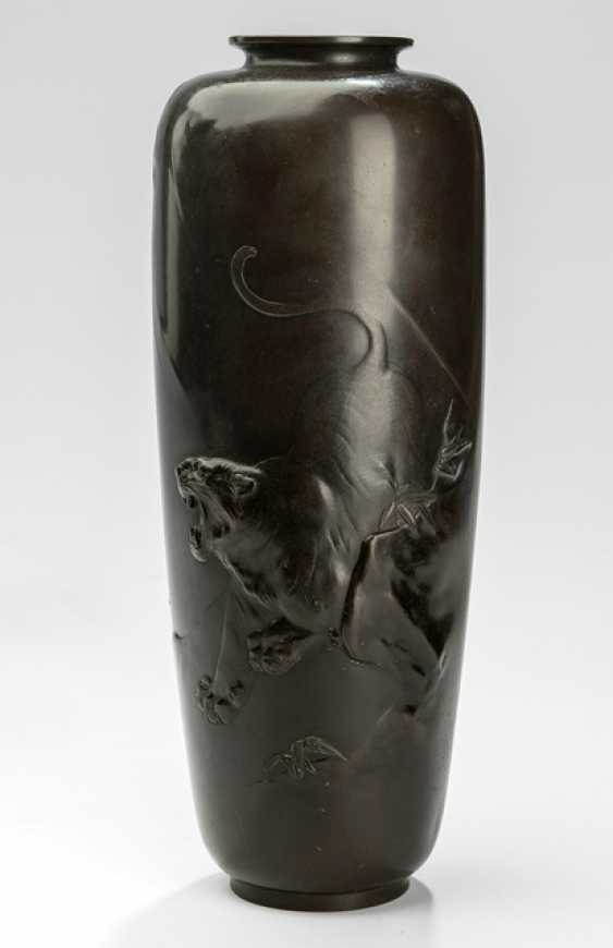 Vase in Bronze with decor of a roaring tiger and bamboo - photo 1