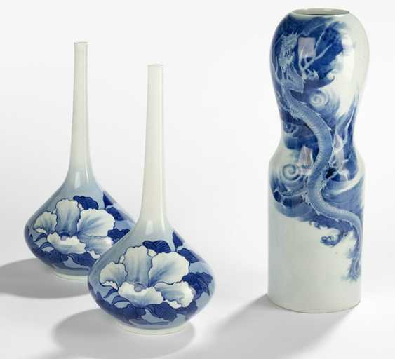 Pair of vases made of porcelain with decor of hibiscus and a Vase with decor of a dragon - photo 1