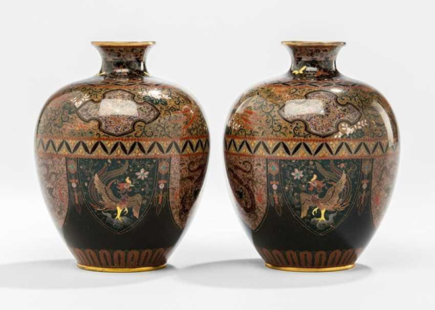 Pair of Cloisonné-Vasen mit Dekor von Fabeltieren in Lanzettbordüre und Brokatmustern - photo 1