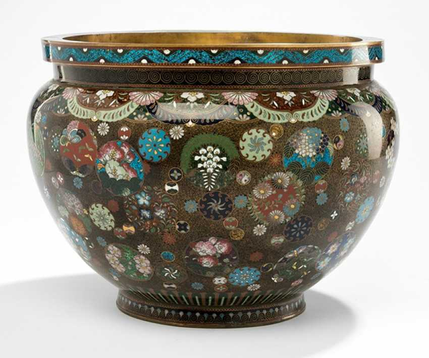 Cloisonne Cachepot with polychrome floral decoration in circular reserves on a black background - photo 1