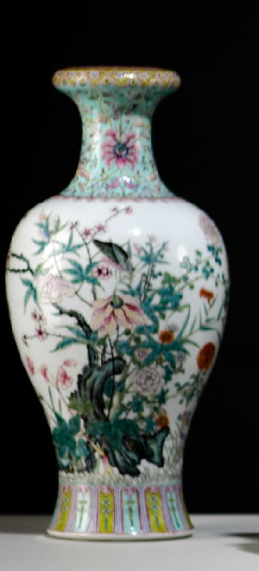 'Famille rose'-Vase made of porcelain with insects and flowers, in addition to Lotus - photo 1