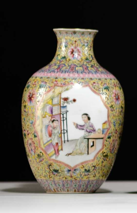 'Famille rose'-Vase made of porcelain with a Lotus and emblems in addition to scenes with ladies and boys - photo 1
