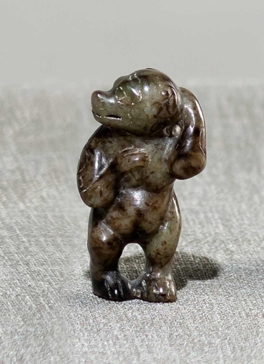 Jadeschnitzerei of a standing bear - photo 1