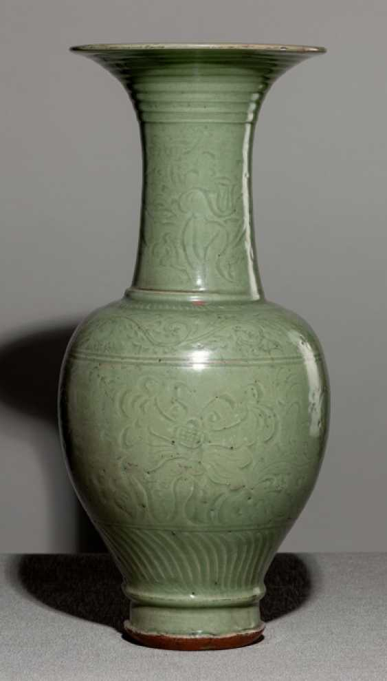 Large and rare celadon Vase with engraved flowers decoration - photo 1