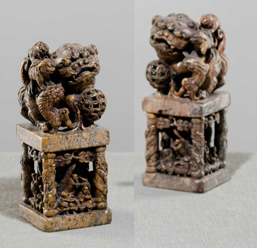 Two large soapstone seal in the Form of Fo lions on pedestals - photo 1