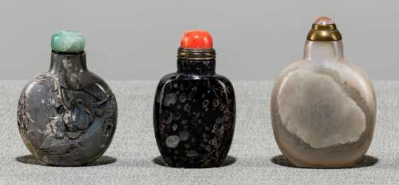 Three Snuffbottles made of agate, one with inscription and figuralem Relief - photo 1