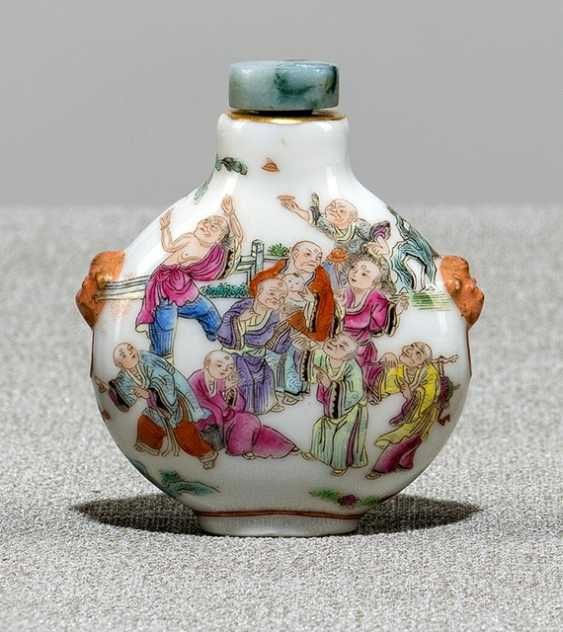 'Famille rose'-Snuffbottle with children playing and lohan's - photo 1
