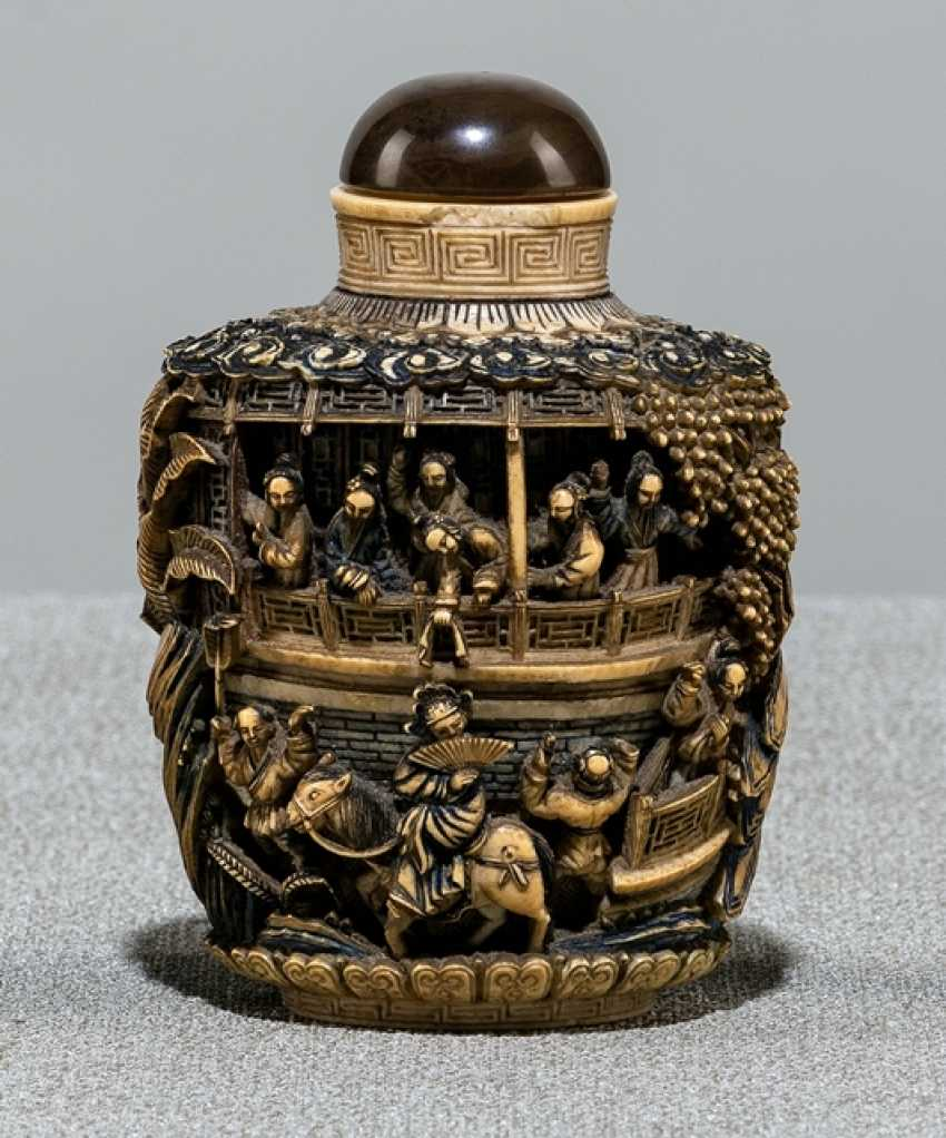 Snuffbottle made of ivory with a deep cut decor of a Palace complex - photo 1