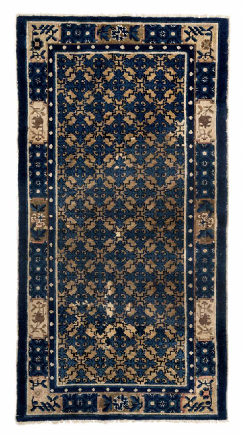 los 1102 blau gelber teppich mit rautenmuster und blumenranken aus dem katalog 104 japan. Black Bedroom Furniture Sets. Home Design Ideas